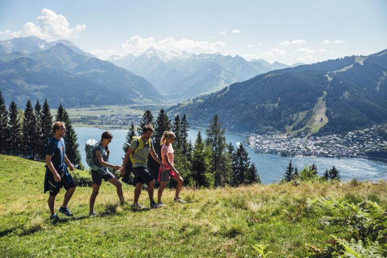 Wandern-mit-Freunden-bei-grossartigem-Panorama-Region-Zell-am-See-Kaprun_Zell-am-See-Kaprun-Tourismus