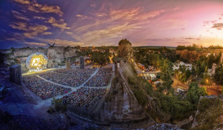 Panorama der Oper im Steinbruch