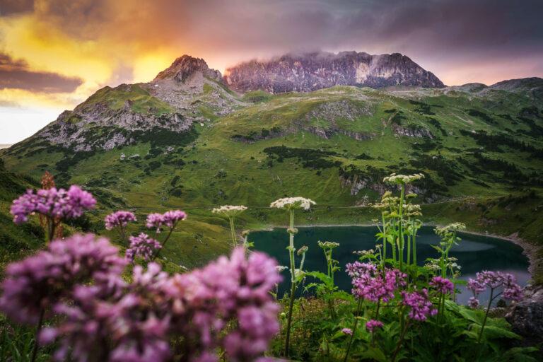 Alpenregion Vorarlberg in der Dämmerung
