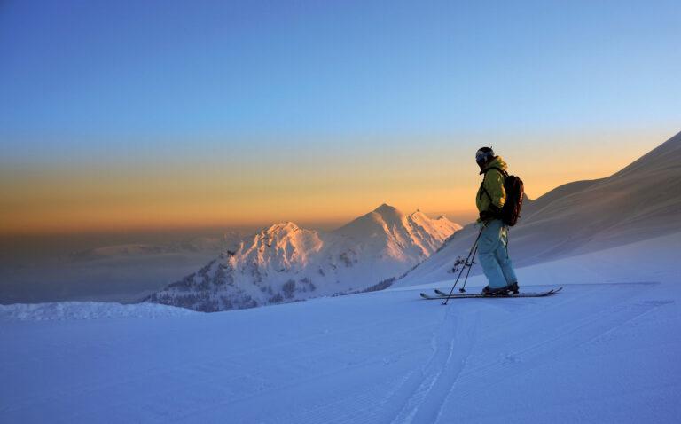 Skifahrer bei Dämmerung