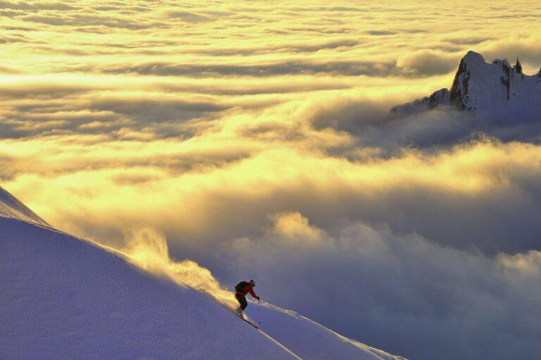 Skifahrer über der Wolkendecke