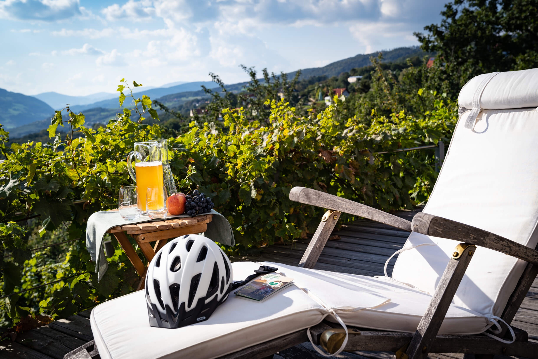 Stillleben - Pause vom Radfahren mit Ausblick über die Oststeiermark